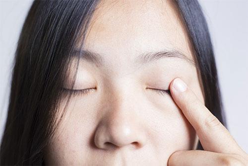 Nổi cộm nhỏ màu đỏ ở trong mí mắt trên, không gây đau, không gây cản trở thị lực nhưng rất khó chịu khi n 1