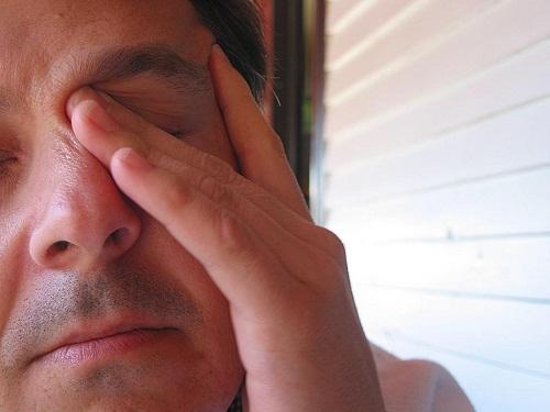 Dấu hiệu khiến mọi người cảm thấy mắt bị cộm 1